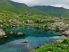 Цветные озера абуделаури. Жемчужины Хевсурети. Зеленое, белое и синее, запрятанные среди скал и альпийских цветов. От деревни Рошка, конечного пункта автомобильной дороги, путь составляет 7 километров.