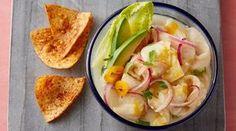 El ceviche es quizás el plato peruano más difundido en el extranjero. Tiene orígenes humildes y muy antiguos, y ciertamente ha evolucionado con el tiempo. De ese rústico pescado crudo sazonado con sal de mar y ají queda poco. La revolución llegó con los limones y las cebollas traídos por los españoles desde el Viejo Mundo. Una de las características más valiosas de la gastronomía peruana es su permeabilidad a las influencias extranjeras. Es por eso que la preparación del ceviche ha variado…