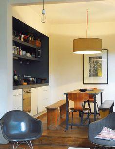 En el centro se emplazó el office, con mesa y bancos Brocante, de Atelier 154, y una silla Jacobsen vintage.