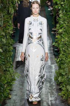 Minimal, sade ve tarih kokan Valentino koleksiyonunun devamını görmek için bloga buyrun. http://pimood.com/valentino-couture-2014-2015-sonbaharkis-koleksiyonu/ #valentino #couture #hautecouture #fall2014