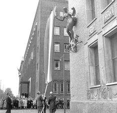 Nakie van Blakie; Op de onderstaande foto (uit 1953) werd het onthuld, de maker (Piet Starreveld) vond dat het Vrede en Welvaart uitstraalt.