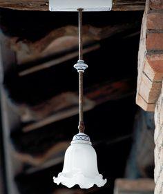 Barchessa Lampada a sospensione ad una luce orientabile, con diffusore in vetro bianco latte lucido, struttura in ottone anticato e particolari in ceramica bianca o decorata. Questa lampada a sospensione per interni , perfetta in un ingresso o appesa sopra ad un tavolo, dona all'ambiente una luce calda ed avvolgente. Aldo, Light Bulb, Ceiling Lights, Lighting, Pendant, Latte, Bb, Shop, Home Decor