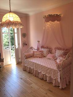 La stanza di una principessa realizzata da www.iristendeparalumi.com  Ciel de Lit, cuscini personalizzati Ricamati Bedroom makeover, princess, pink room, baby room.