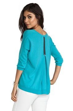 I like the zipper detail. I would like to try with a knitted fabric or maybe a medium weight jersey.