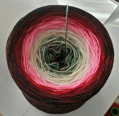 Zufalls-Bobbel Nr.12: Material: Hochbauschacryl 3 fädig (wahlweise mit Lurex oder Cupro) Hier als Beispiel mit Cupro Rot durchgehend 7 Farben (Mix) dunkelgrün lindgrün rosa blüte weinrot marone schwarz