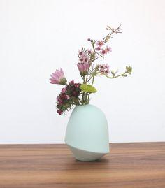 Diese kleine Knospe Vase perfekt für ein kleines Arrangement oder eine einzelne Blume. Die außerhalb der Vase ist Links unglasiert, Verfügbarmachen