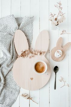 Breakfast board rabbit by owl cut Happy Easter, Easter Bunny, Easter Eggs, Diy And Crafts, Crafts For Kids, Decoration Chic, Birthday Basket, Diy Ostern, Easter 2020