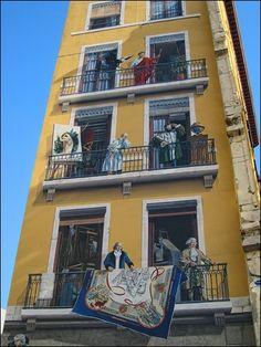 bijzonder gebouw in Lyon1  Murals on the building Lyon, France.