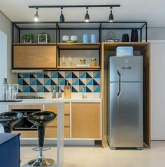 Find out how to design your own Kitchen. We have given the best Small Kitchen Remodel Ideas that Perfect for Your Kitchen. Kitchen Sets, Kitchen Decor, Kitchen Modern, Kitchen Layout, Küchen Design, House Design, Layout Design, Design Trends, Cuisines Design