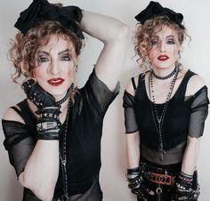 se déguiser comme Madonna - top court noir, blouse filet en noir, beaucoup de bracelets et du rouge à lèvres rouge