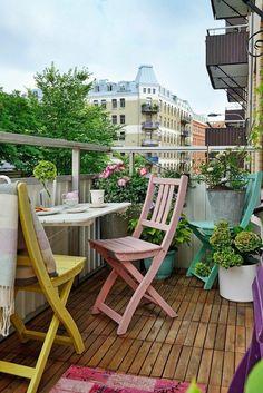 balcon-fleuri-chaises-couleurs-pastel-rose-jaune-vert-tapis-rose-tasse-de-café-plantes-vertes