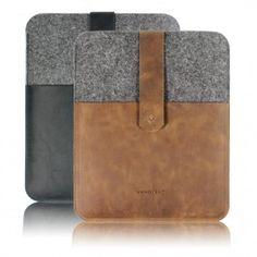 iPad Case N° 340/341 von VANDEBAGBorn in Berlin created with Love...Handgefertigtes iPad Case aus hochwertigem, italienischen Rindsleder und echtem Merino-Wollfilz.Das weiche Wollfilz schützt dein iPad perfekt vor Kratzern und das lebendige Leder verleiht jedem Case einen besonderen Charakter und macht es so zu einem Unikat.Du kannst das Case mit dem Verschlussriemen und dem Patronentaschenknopf öffnen und schließen. Der Riemen ist zusammen mit einer Verschlussklappe aus Leder fest auf der…