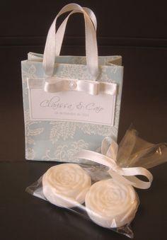 LEMBRANCINHA IDEAL PARA BODAS, CASAMENTO, NOIVADO OU ANIVERSÁRIOS Ideal para distribuir aos convidados na cerimônia. Temos outras opções cores, estilos de laços, etc. CONSULTE SEM COMPROMISSO, nosso pacotes especial de artigos de casamento. Temos: convites, lembrancinhas, artigos para rec... Wedding Boxes, Wedding Cards, Wedding Gifts, Soap Packing, Soap Wedding Favors, Flowers In Jars, Party Decoration, Soap Recipes, Home Made Soap