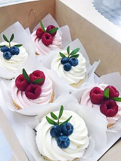 Petits gâteaux aux baies - Cupcakes, pasteles, postres y mesas de dulces - # Just Desserts, Delicious Desserts, Cupcake Recipes, Dessert Recipes, Beautiful Cupcakes, Christmas Desserts, Cupcake Cookies, Let Them Eat Cake, No Bake Cake