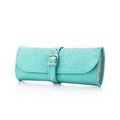 Estuche enrollable para joyas de piel Azul Tiffany, pequeño. | Tiffany & Co.