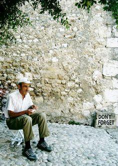 Hay partidas, adioses, de los que no volvieron ni volverán. (Mostar-Herzegovina)