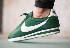 Nike Cortez - Gorge Green - Foulant les pistes depuis 1972, la Nike Cortez est le premier chef d'œuvre de Bill Bowerman. Elle a été conçue pour offrir une légèreté unique et une protection contre les intempéries plus efficace qu'aucun autre modèle.