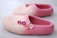 Custom made Handfelted Slippers Flowers in beige&pink от zavesfelt