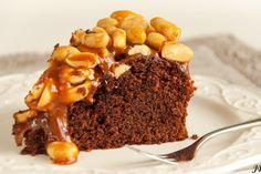 Een heerlijk indulging recept van Caroline: brownietaart met karamel en pinda's Verwarm je oven voor op 175 graden. Vet een springvorm met een doorsnee van 20 centimeterin en beleg de bodem met bakpapier. Verdeel wat bloem op de zijkanten en schud het teveel eruit.Meng de bloem, het zout en de baking soda met elkaar. Smelt …