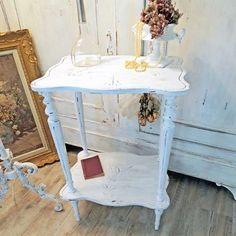 Jolie petite table Sellette à 2 plateaux gravés et pieds cannelés. Charme désuet début 1900, patine Shabby Chic.