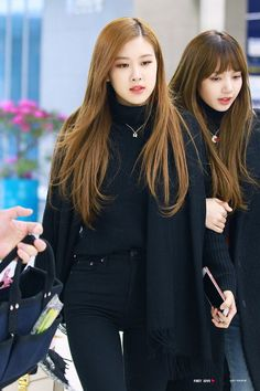 Rose and Lisa//BlackPink Blackpink Fashion, Korean Fashion, Fashion Outfits, Kpop Outfits, Korean Outfits, 1 Rose, Blackpink Photos, Airport Style, Airport Fashion