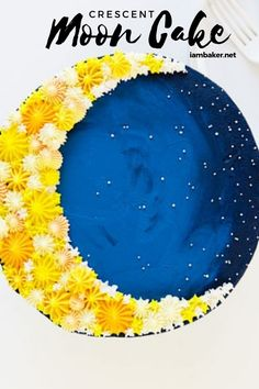 Struggling with cake decorating? Try this Crescent Moon Cake. Using a simple technique for cake decorating can create a beautiful design! Some yellow and blue frosting and a few decorating tips are all you need to create this Crescent Moon Cake! Cake Decorating Company, Cake Decorating Designs, Creative Cake Decorating, Cake Decorating Techniques, Creative Cakes, Decorating Ideas, Decor Ideas, Moon Cake Mold, Rocket Cake