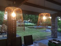 Buitenlampen gemaakt van manden.