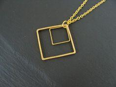 Die beiden Quadrate baumeln an einer feinen Gliederkette. Die Kette hat eine einfache Länge von ca. 22 cm und das größere Quadrat hat eine Seitenlänge von ca. 2 cm.  Material: Messing - Quadrate,...