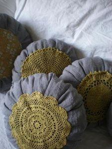 coussin décoré de napperons. Doilies on cushions.