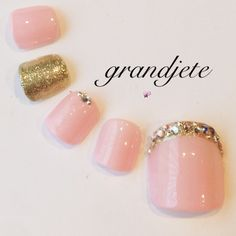 20 Fabulous Ways to Wear Glitter Nails – My hair and beauty Feet Nail Design, Toe Nail Designs, Pedicure Nail Art, Toe Nail Art, Hair And Nails, My Nails, Pretty Toe Nails, Bridal Nail Art, Gold Glitter Nails