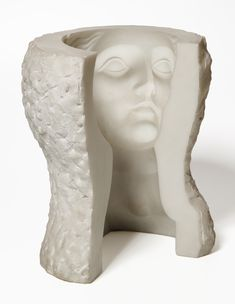 "Esta escultura genera un efecto tridimensional y cinético cuando uno se mueve. Se encuentra en el hall del Hotel Estela Barcelona de Sitges. Datos: ""La diosa"", 1973 