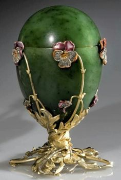 Faberge's Pansies egg - Nikolay's II gift to the mother Maria Fiodorovna for Easter of 1899.