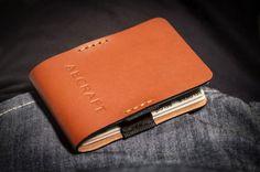 Mit dem Aecraft Slim Wallet lassen sich Banknoten und bis zu zwölf Karten kompakt verstauen und transportieren. Alle Karten sind mit einem einzigen Griff zugänglich und trotzdem perfekt und sicher …