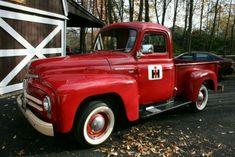 Trendy old red truck international harvester Ideas Vintage Pickup Trucks, Classic Chevy Trucks, Vintage Cars, Antique Cars, Antique Tractors, Antique Trucks, Vintage Room, Vintage Ideas, Farm Trucks