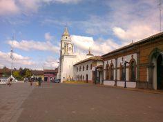 Vista parcial del Palacio Municipal y la Parroquia de Santiago Apóstol.