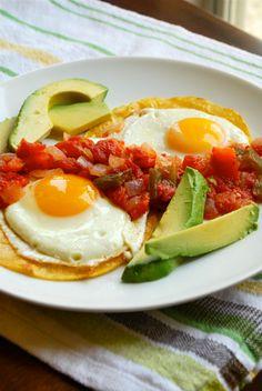 huevos rancheros personas comer en la mañana. Es un perfecto plato de comida para empezar tú día!