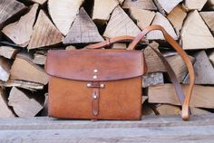 🗺️✏️📕This beautifully made, very high quality bag, called a 'Kartentasche' in German, was originally designed for Swiss Army soldiers to carry maps and other small items. This map bag is dated Saddle Leather, Leather Bags, Leather Backpack, Brown Leather, Caramel Brown, Swiss Army, Vintage Leather, Ipad Mini, Soldiers