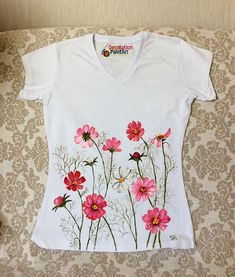 Hand painted t-shirt/Women's Tees/female T-shirt/hand made/hand-painted clothing/pink/Cosmos flower/chamomile/long sleeve shirt Source by pink Fabric Paint Shirt, Paint Shirts, Fabric Art, Fabric Crafts, Fabric Painting On Clothes, Dress Painting, T Shirt Painting, Fabric Paint Designs, Hand Painted Fabric