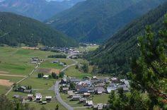 Au pied du col Izoard, s'étend la vallée d'Arvieux et ses 13 hameaux. Nommée aussi Val D'Azur, l'appellation de la vallée est en rapport avec le ciel toujours très bleu, Arvieux bénéficie d'un climat privilégié et saura vous faire profiter de ses nombreuses randonnées familiales ainsi que de ses chalets d'alpage à Clapeyto et Frufande.