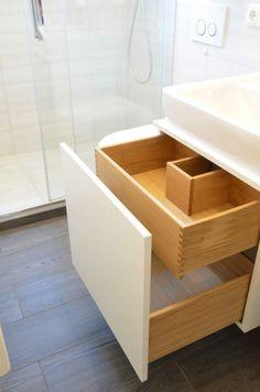 Badmöbel vom Schreiner, Eiche Schubkästen, weiß, Waschbeckenunterschrank, kleines Badezimmer /// Mehr Infos auf www.ba-moebeldesign.de