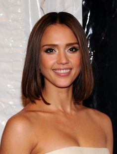 Jessica Alba Medium Straight Cut - Jessica Alba highlighted her glowing makeup with polished center part locks.