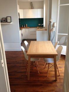 Cuisine ouverte crédence bleu canard, plan de travail bois hêtre, blanc laqué.