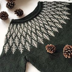 Strickmuster Hanne Rimmen On Ravelry Source by christianaanstaeth Knitting Designs, Knitting Stitches, Hand Knitting, Icelandic Sweaters, Fair Isle Pattern, Ravelry, Fair Isle Knitting, Pulls, Knitting Patterns