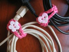 organizador de cabos ~ great idea if, like me, you hate seeing loose cords laying around Crochet Cord, Love Crochet, Crochet Gifts, Diy Crochet, Crochet Stitches, Crochet Designs, Crochet Patterns, Cord Holder, Cable Organizer