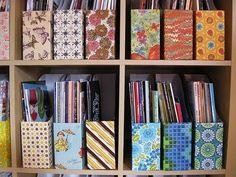 Organização criativa de revistas, com caixas de cereal.