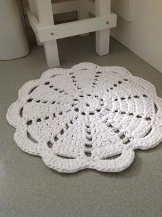 Dandelion Days: A Fabulous Hoooked Zpagetti Rug Pattern. Use any old doily pattern and make a wonderful rug using Hoooked Zpagetti. Carpet Crochet, Crochet Doily Rug, Crochet Rug Patterns, Doily Patterns, Diy Crochet, Crochet Crafts, Crochet Projects, Simple Crochet, Tee Shirt Fila