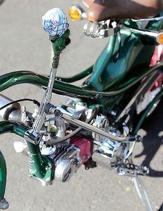 スーパーカブと言えば新聞配達や出前のバイクというような実用的なイメージが強いが、愛知県のカブ専門店M&F Cuby(カビィ)の放つそれはダサいところが全くない! 自転車のビーチクルーザーがイメージされているのだが、各部にワンオフパーツや大胆なフレーム加工が施された。