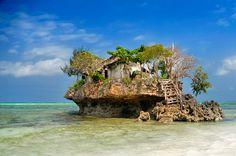 O local é um dos grandes ícones da ilha e antigamente servia de abrigo para pescadores. Veja as imagens e tente não se apaixonar
