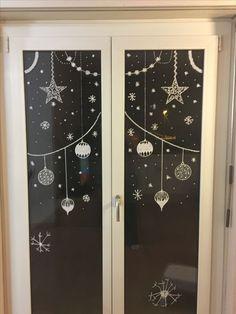 vitrine noel Chalk on glass Christmas decoration Christmas Night, Christmas 2019, Christmas Holidays, Christmas Crafts, Christmas Windows, Glass Christmas Decorations, Holiday Decor, 242, Theme Noel