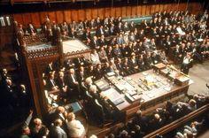 Hoe hoog ligt de lat van het publiek debat? - wat is 'publiek'? wat is een 'goed debat'? en wat is een 'goed publiek debat'? de subjectiviteit van deze begrippen en de eeuwige dissensus die de democratie tot een welbeschouwde democratie maakt.